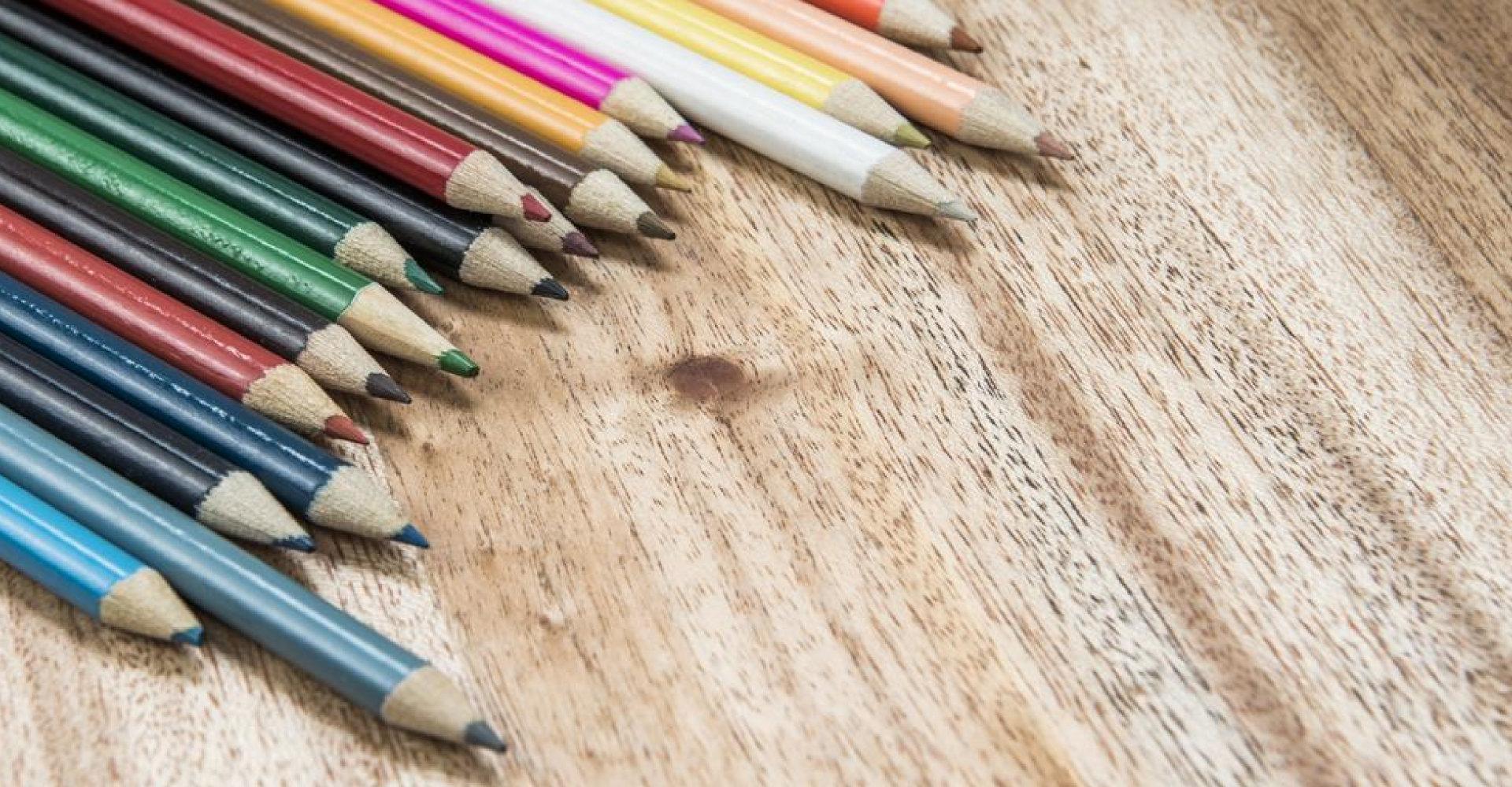 Zum kindlichen Aufwachsen gehören Buntstifte.