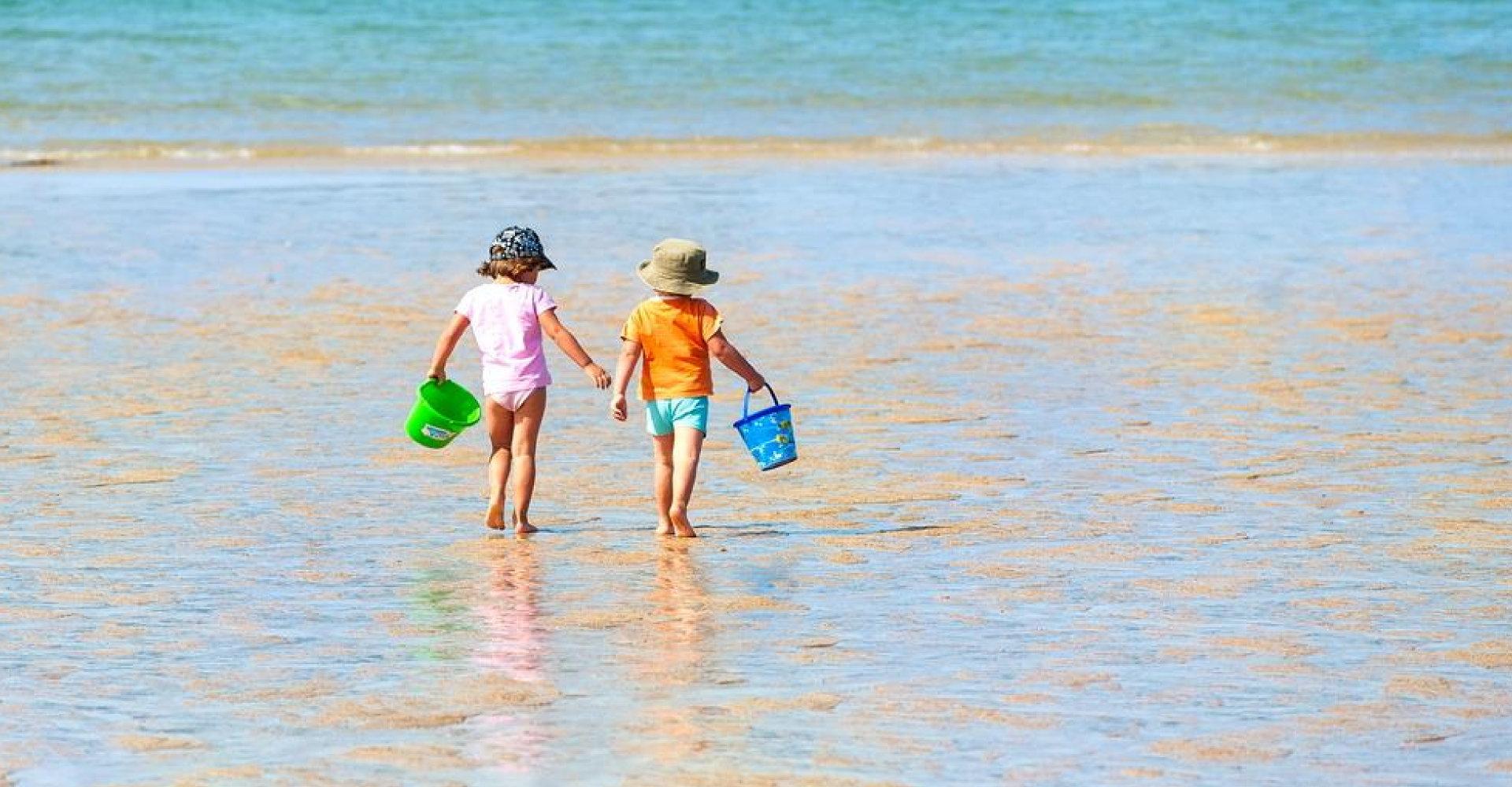 Zwei keine Kinder am Strand.
